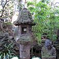 03 東覚寺にて 庭園の石塔