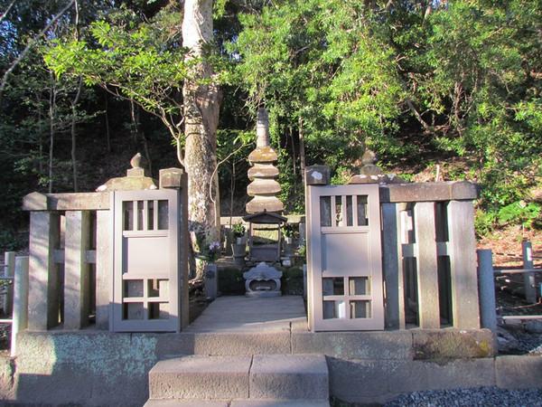 D,1 鎌倉の「国指定史跡 法華堂跡(源頼朝墓・北条義時墓)」と、大江公など3基の墓穴のなぞ